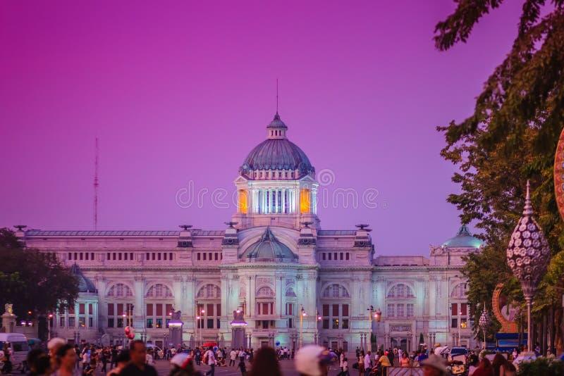 Mooie avondmening van de Troonzaal van Ananta Samakhom, forme royalty-vrije stock afbeelding
