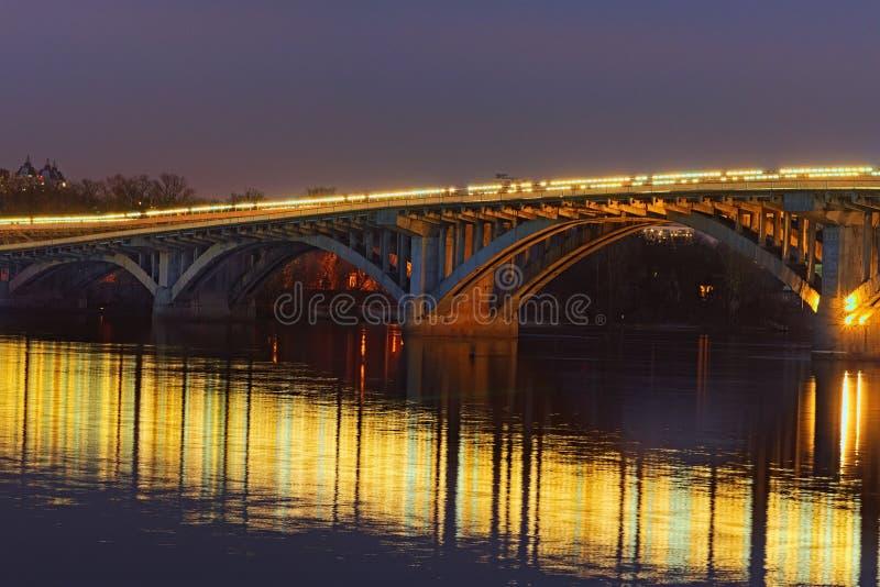 Mooie avondmening van verlichte Merto-Brug De stadslandschap van de nacht Kyiv, de Oekraïne royalty-vrije stock fotografie