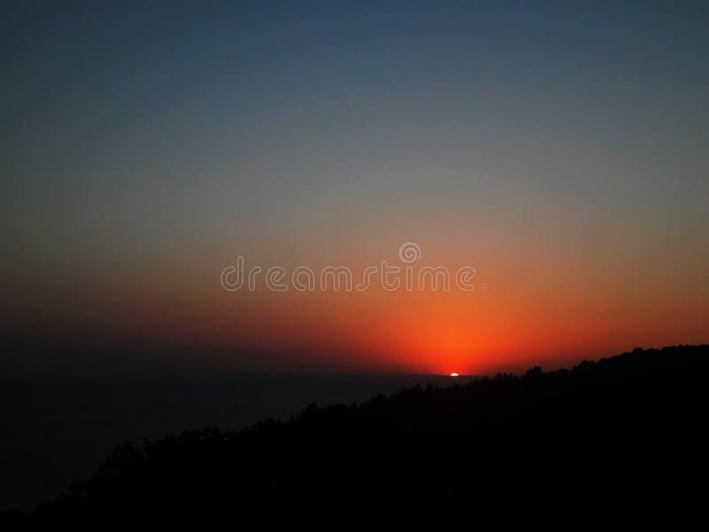 Mooie avondzonsondergang op de horizon Zonsondergang overzees horizonpanorama stock foto