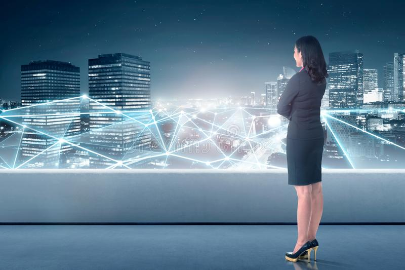 Mooie Aziatische bedrijfsvrouw die netwerkverbinding bekijken stock foto's