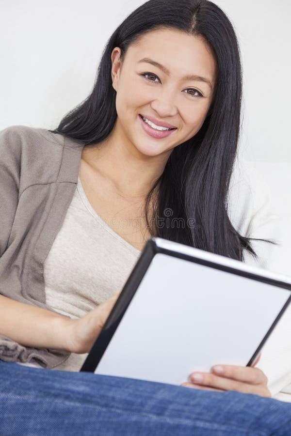 Mooie Aziatische Chinese Vrouw die Tabletcomputer met behulp van stock fotografie