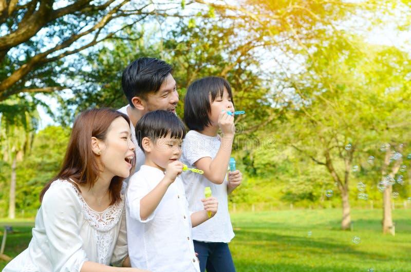 Mooie Aziatische familie stock foto