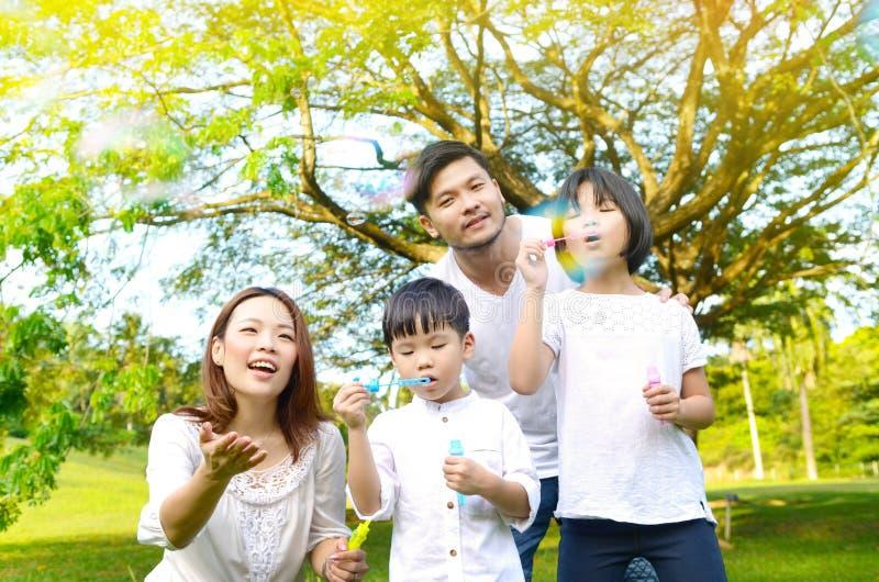 Mooie Aziatische familie stock fotografie