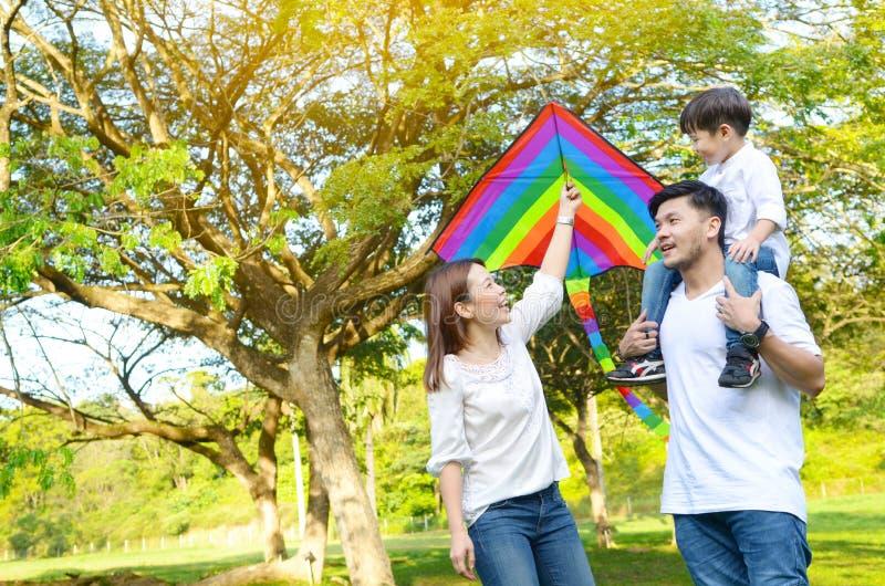 Mooie Aziatische familie stock afbeeldingen
