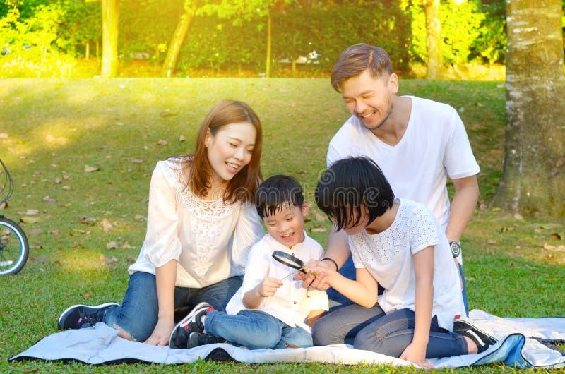 Mooie Aziatische familie royalty-vrije stock fotografie