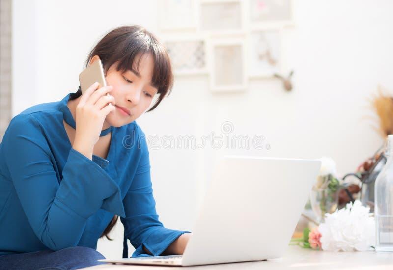 Mooie Aziatische jonge die onderneemster en blij van het succeswerk wordt opgewekt met laptop royalty-vrije stock fotografie