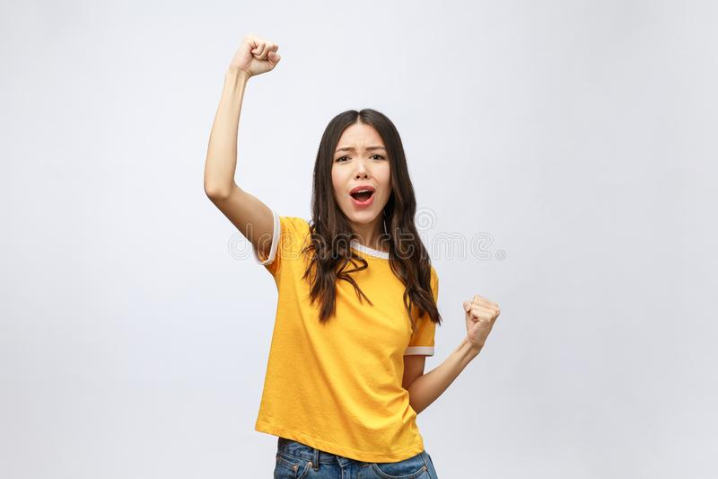 Mooie Aziatische jonge die vrouw en blij die van succes wordt opgewekt, over grijze achtergrond, carrière freelance zaken wordt g royalty-vrije stock foto's