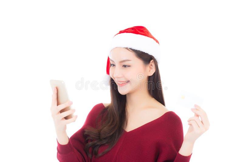 Mooie Aziatische jonge vrouw die met creditcard winkelen en mobiele telefoon houden stock afbeeldingen