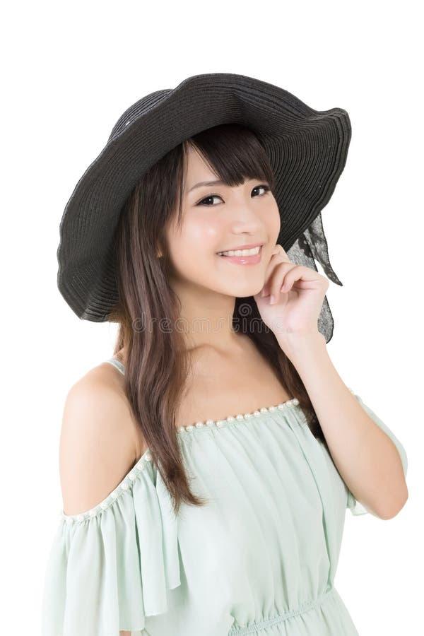 Mooie Aziatische jonge vrouw met hoed stock afbeelding