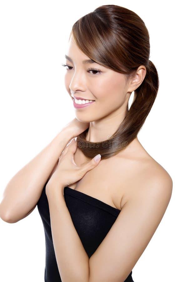 Mooie Aziatische jonge vrouw in witte kleding met onberispelijke huid stock foto's