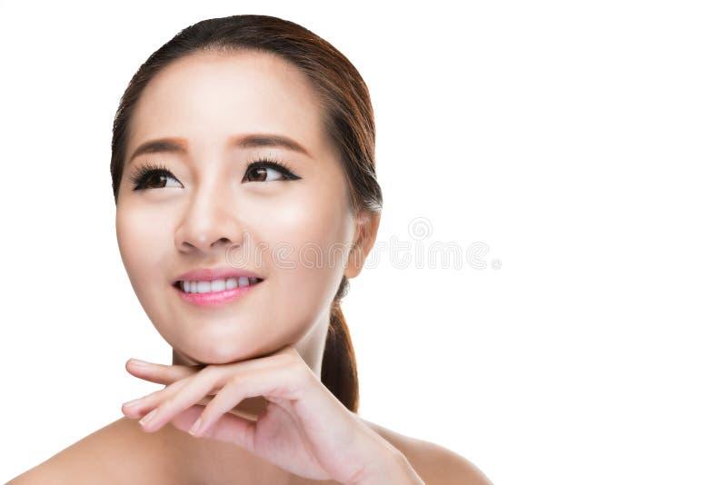 Mooie Aziatische schoonheidsvrouw wat betreft perfecte huid royalty-vrije stock fotografie