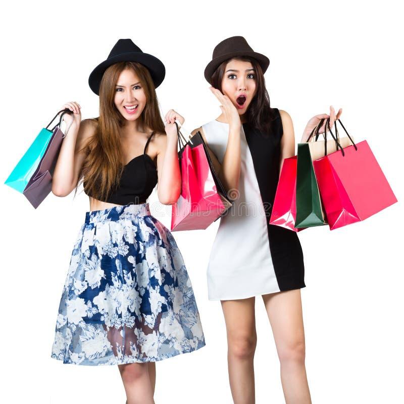 Mooie Aziatische tienermeisjes die het winkelen zakken dragen royalty-vrije stock foto's