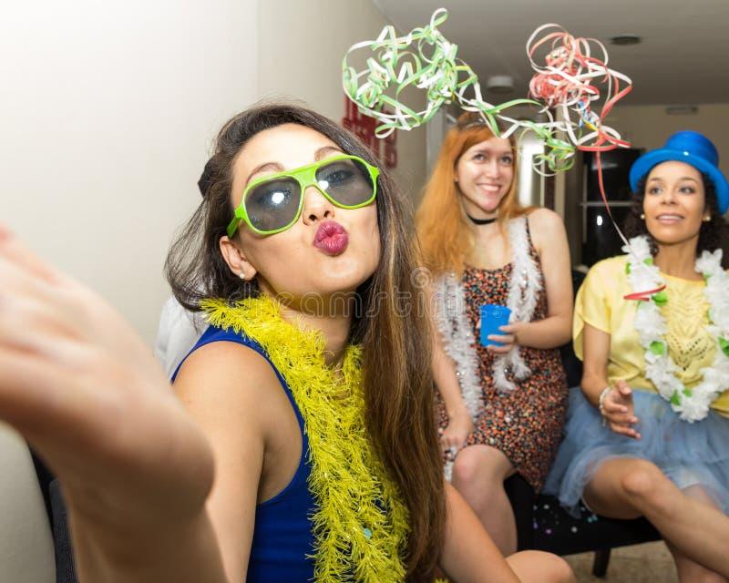 Mooie Aziatische vrouw bij Carnaval-partij in Brazilië Het meisje is s stock foto