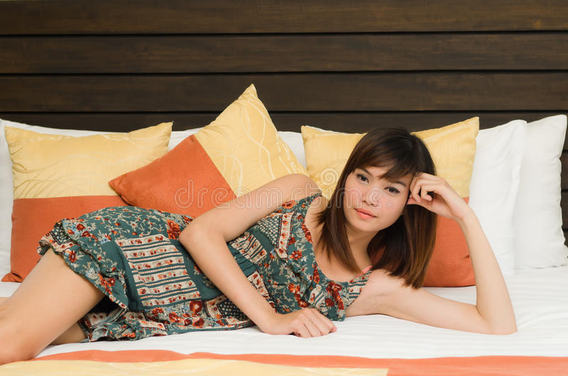 Mooie Aziatische vrouw die in bed rust royalty-vrije stock foto's