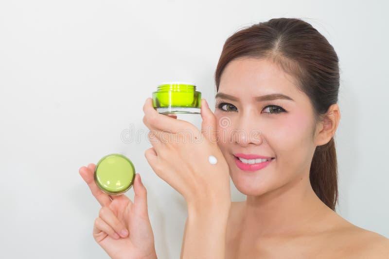 Mooie Aziatische vrouw die een natuurlijk product van de huidzorg gebruiken, moistur royalty-vrije stock afbeelding