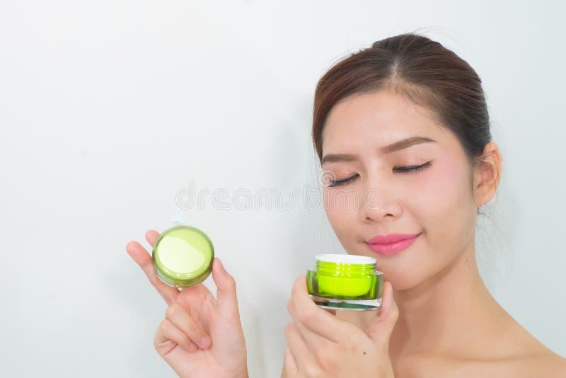 Mooie Aziatische vrouw die een natuurlijk product van de huidzorg gebruiken, moistur royalty-vrije stock fotografie