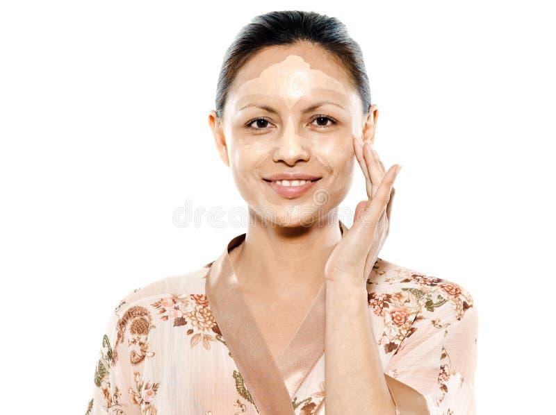 Mooie Aziatische vrouw die gezichtsmasker toepast royalty-vrije stock foto's