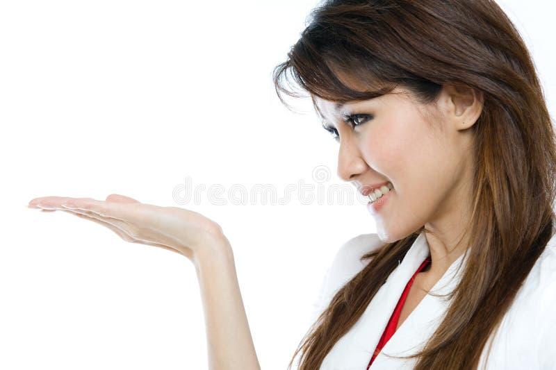 Mooie Aziatische Vrouw Die Uw Product Voorstelt Stock Foto