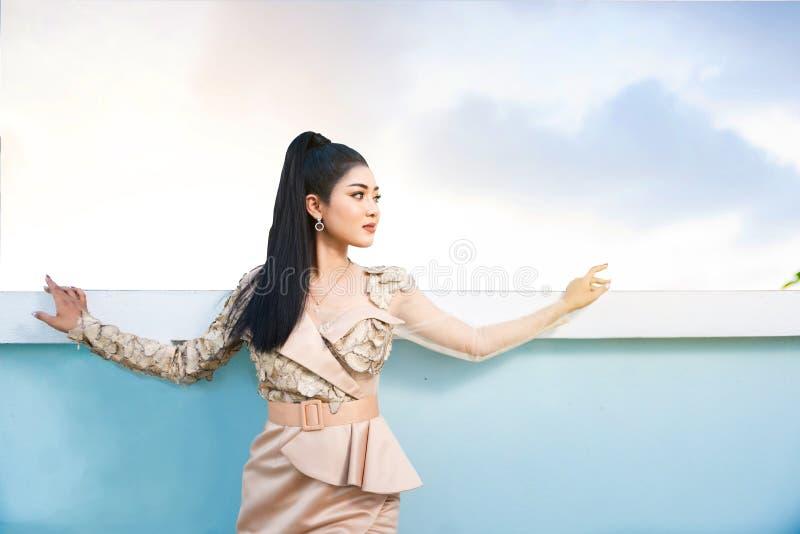 Mooie Aziatische vrouw die zich naast zwembad bevinden openlucht stock afbeeldingen