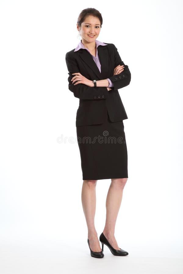 Mooie Aziatische vrouw in gevouwen pakwapens royalty-vrije stock foto