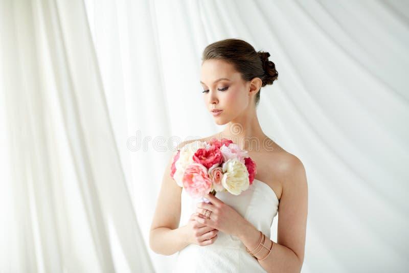 Mooie Aziatische vrouw met bloem en juwelen stock foto