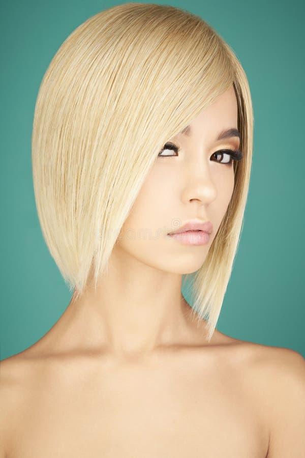 Mooie Aziatische vrouw met blonde kort haar royalty-vrije stock afbeelding