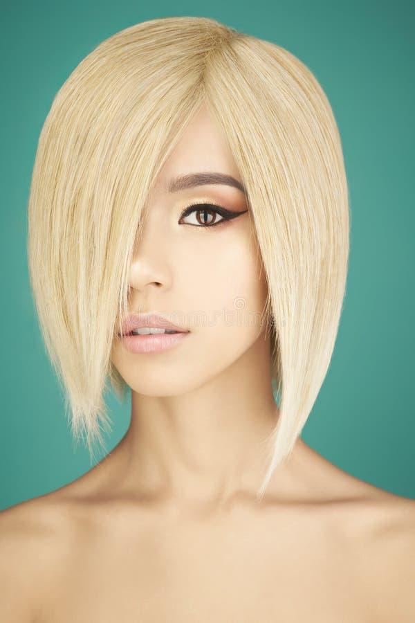 Mooie Aziatische vrouw met blonde kort haar royalty-vrije stock fotografie