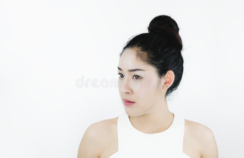 Mooie Aziatische Vrouw met Zwart Haar, met Gezonde Huid, op witte achtergrond stock fotografie
