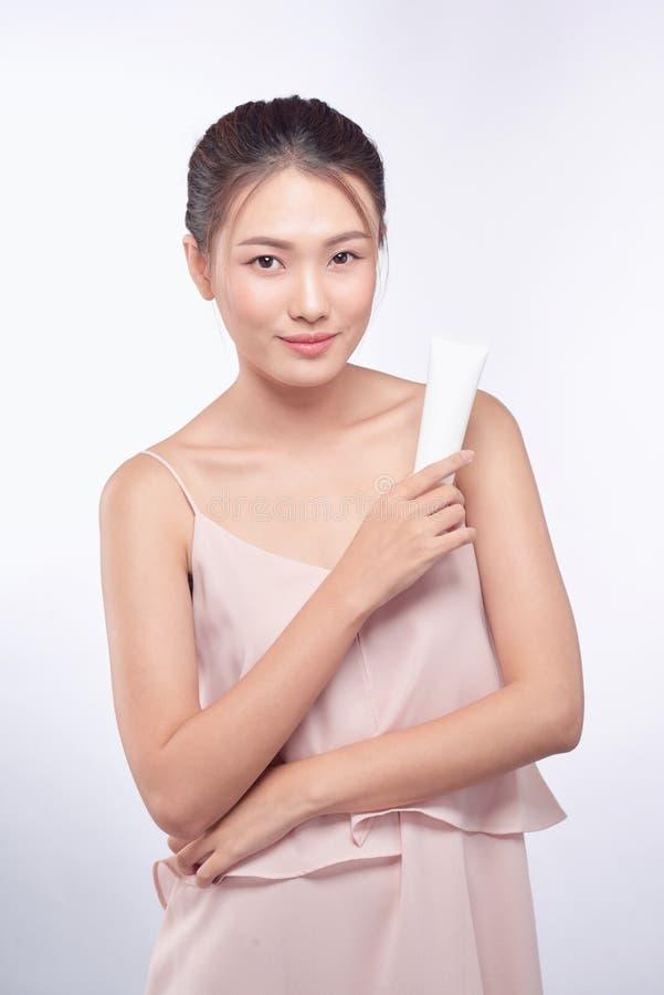 Mooie Aziatische vrouw Omhoog maakt het schoonheids vrouwelijke gezicht met perfect Holdingsroom voor lichaam en gezicht royalty-vrije stock afbeelding