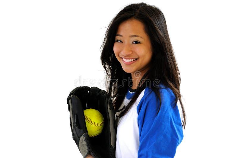 Mooie Aziatische vrouwelijke softballspeler royalty-vrije stock fotografie