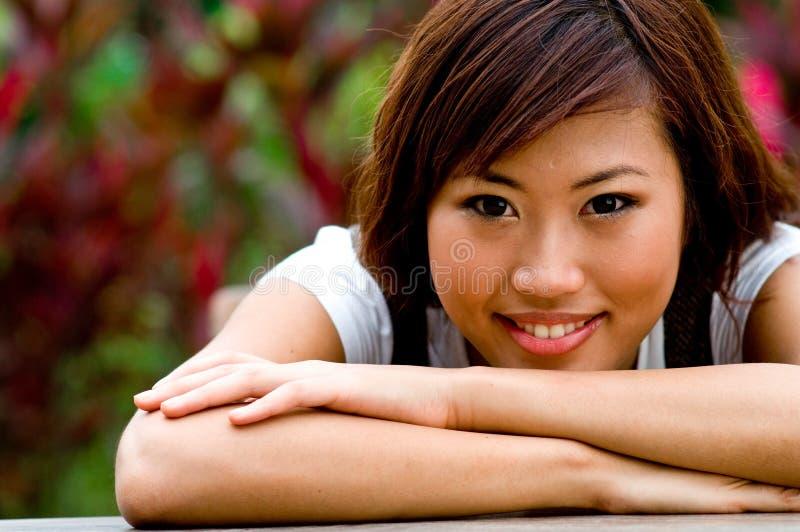 Mooie Aziatische vrouwen buiten royalty-vrije stock foto