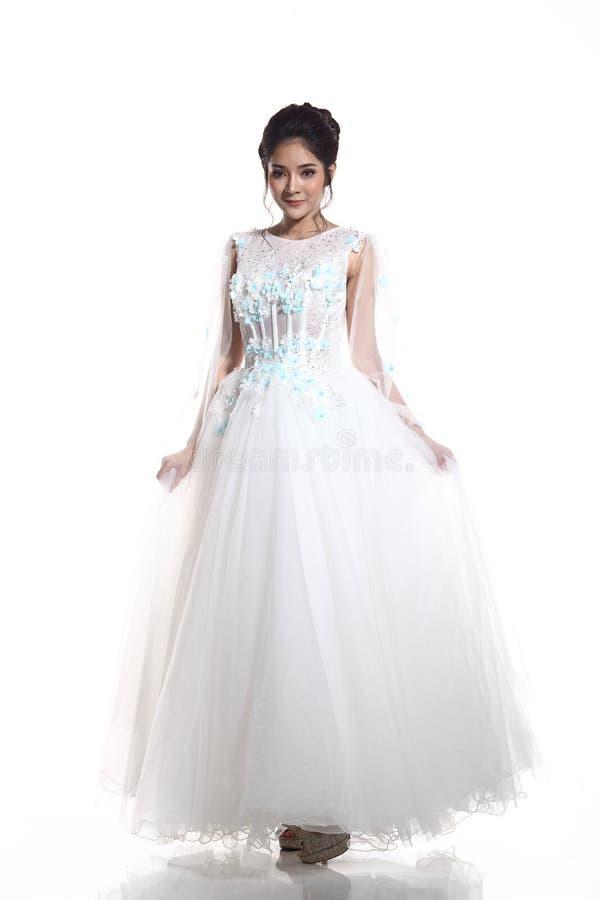 Mooie Aziatische Mooie Vrouwenbruid in de witte kleding w van de huwelijkstoga royalty-vrije stock afbeelding