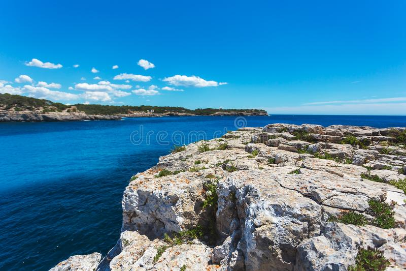 Mooie baai en rotsachtige kust in Cala Mondrago nationaal park stock foto