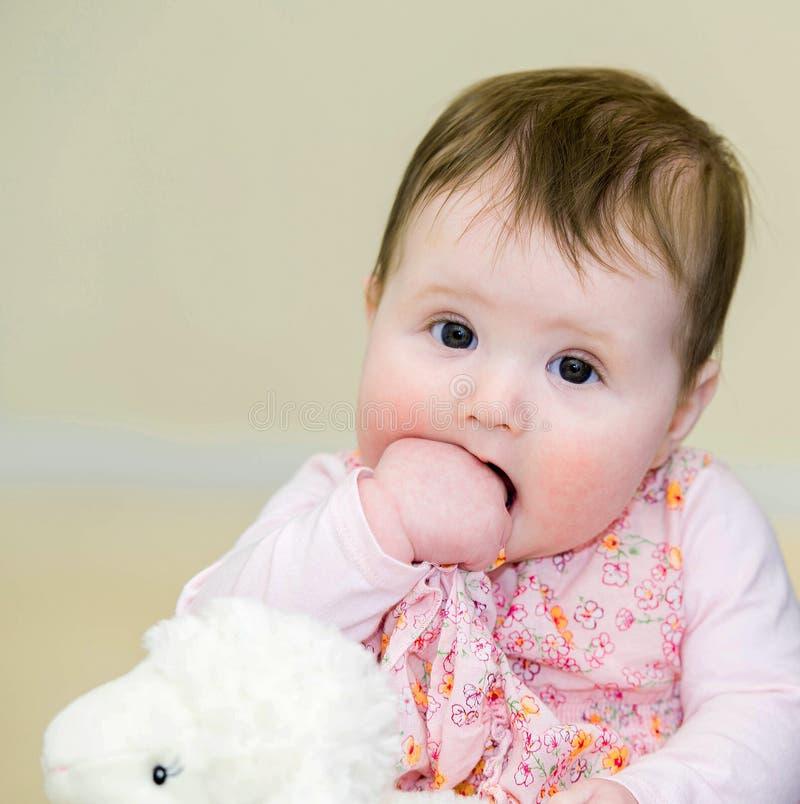 Mooie baby in gebloeide kleding stock afbeeldingen