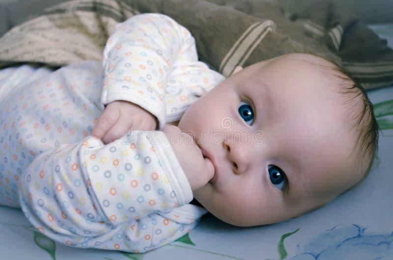 Mooie baby met grote blauwe ogen royalty-vrije stock afbeeldingen