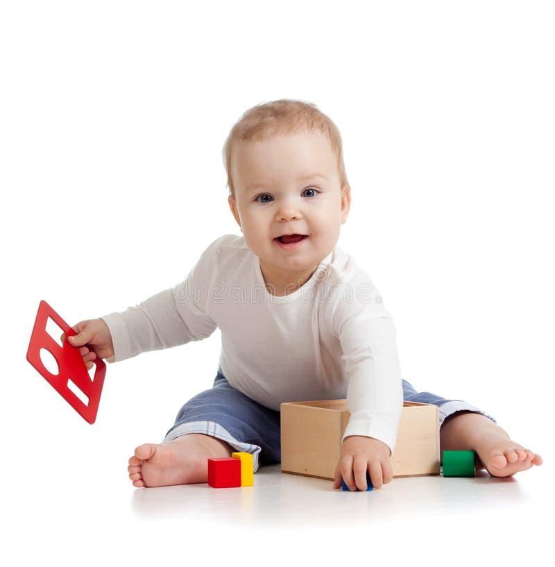 Mooie baby met kleuren onderwijsstuk speelgoed royalty-vrije stock fotografie