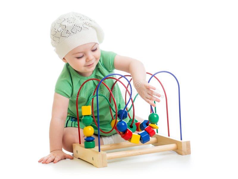 Mooie baby met kleuren onderwijsstuk speelgoed stock foto