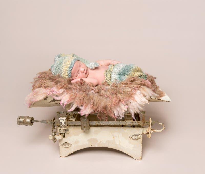 Mooie babyslaap op oude roestige schalen royalty-vrije stock foto's