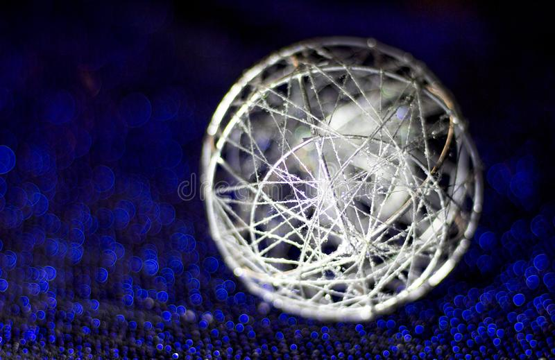 Mooie bal van Kerstmis Zilveren parel voor blauwe en blauwe achtergrond royalty-vrije stock fotografie