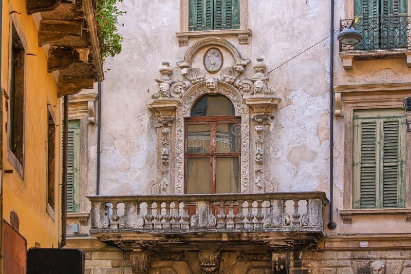 Mooie balkon in een historisch gebouw, prachtige architectuur van Verona, Italië royalty-vrije stock afbeeldingen