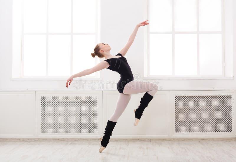 Mooie ballerinatribunes in balletpirouette royalty-vrije stock afbeeldingen