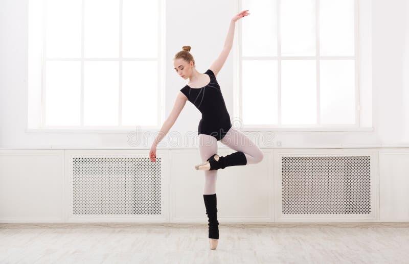 Mooie ballerinatribunes in balletpirouette royalty-vrije stock foto