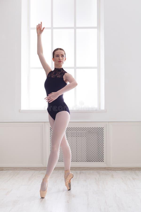 Mooie ballerinatribunes in balletpositie stock fotografie