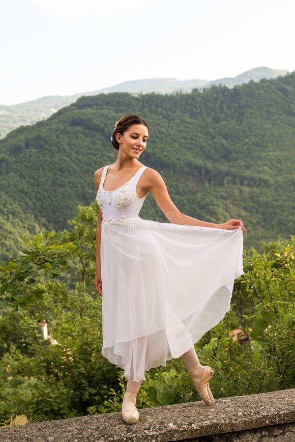 Mooie balletdanser in de aard met wit kostuum royalty-vrije stock foto