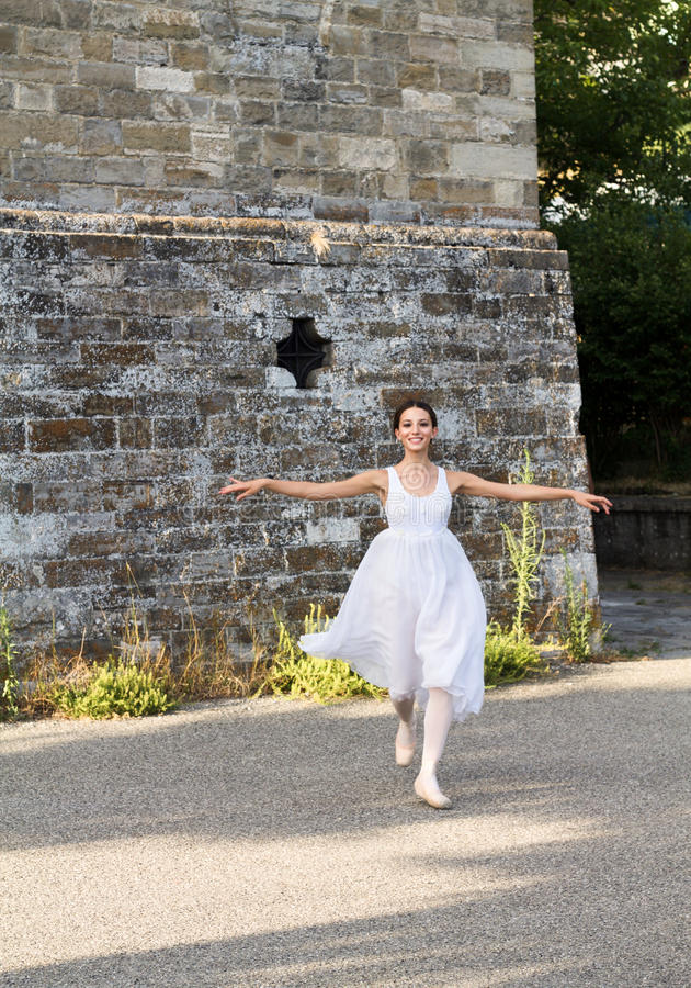 Mooie balletdanser die in een park met stadiumkostuum lopen royalty-vrije stock afbeeldingen