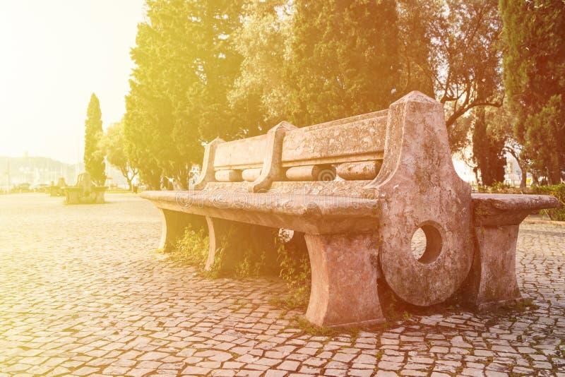 Mooie bank in het park De zonnige dag van de lente royalty-vrije stock foto