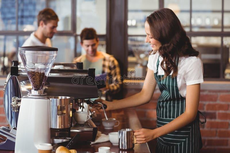 Mooie barista die een kop van koffie maken royalty-vrije stock afbeeldingen