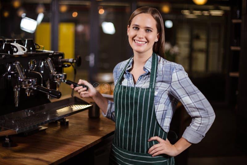 Mooie barista die koffie met koffiemachine maken royalty-vrije stock foto's
