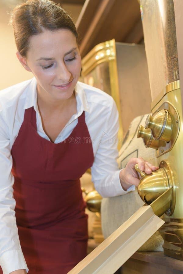 Mooie barista die verkopende koffie maken bij koffiewinkel royalty-vrije stock afbeeldingen