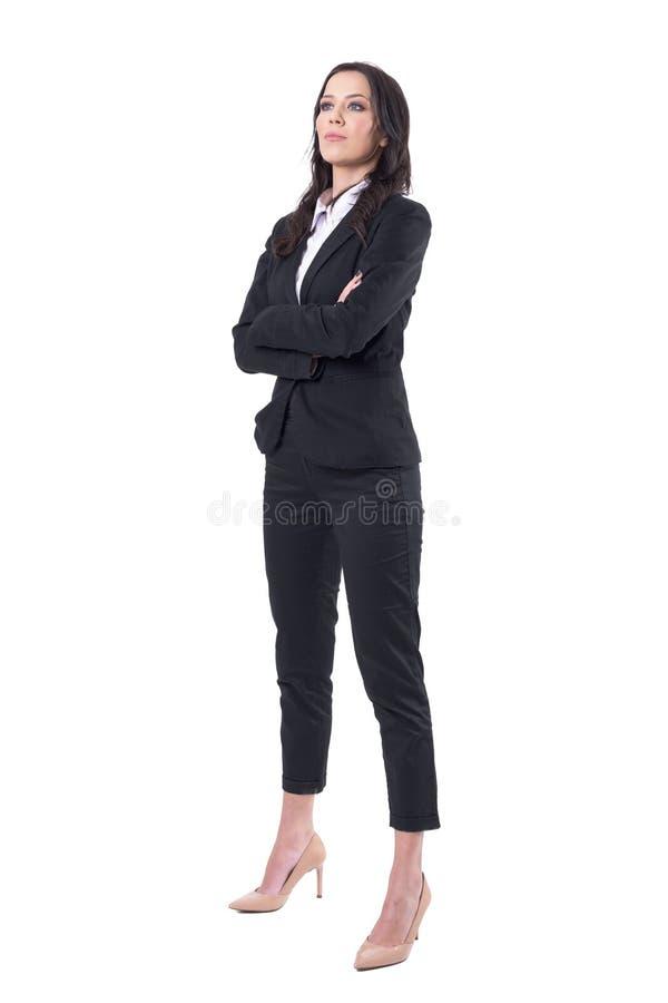 Mooie bazige vrouwelijke bedrijfsleider die met gekruiste handen omhoog interessant kijken royalty-vrije stock afbeelding